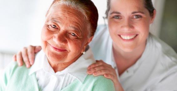 assad service d'aide et d'accompagnement, une jeune femme et une femme âgéeaccompagnement