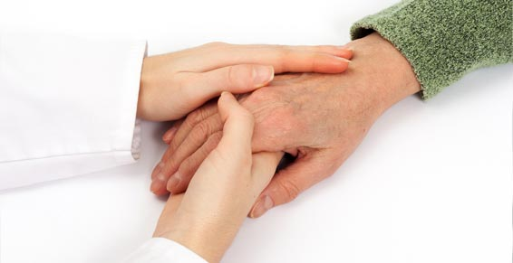 assad équipe spécialisée alzheimer, mains soignant tenant la main d'une personne âgée